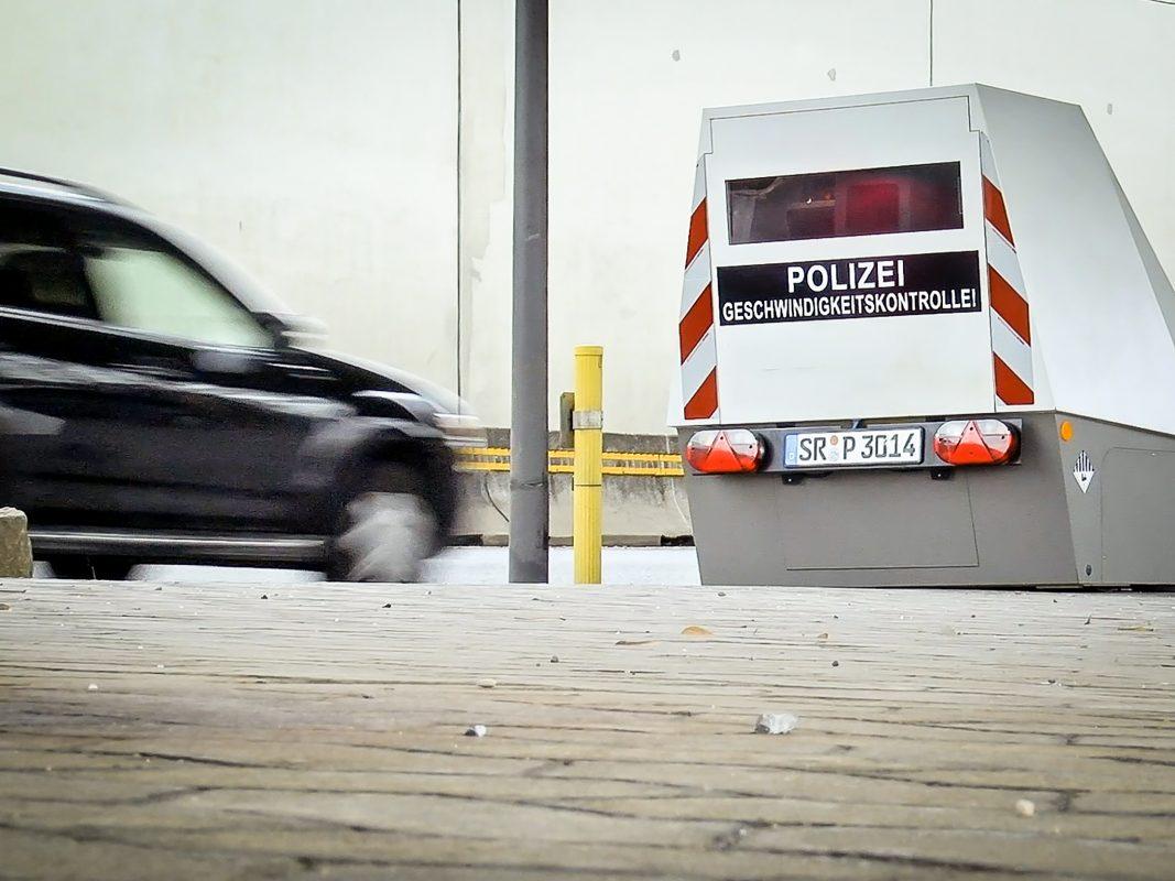 """Mit dem neuen """"Enforcement Trailer"""" sind Geschwindigkeitsmessungen über einen längeren Zeitraum und völlig ohne Personaleinsatz ermöglicht. Der Anhänger ist mit Batterien ausgestattet, die einen Betrieb von bis zu sieben Tagen ermöglichen. Foto: Pascal Höfig"""