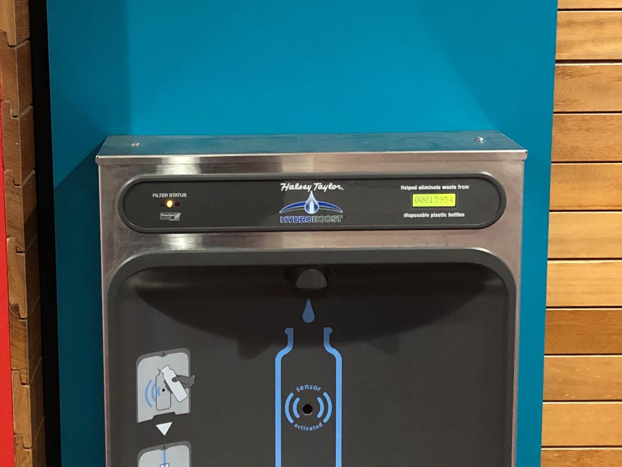 An den Wasserspendern werden die Anzahl der Flaschen angezeigt, die insgesamt eingespart wurden. Foto: Annika Betz.