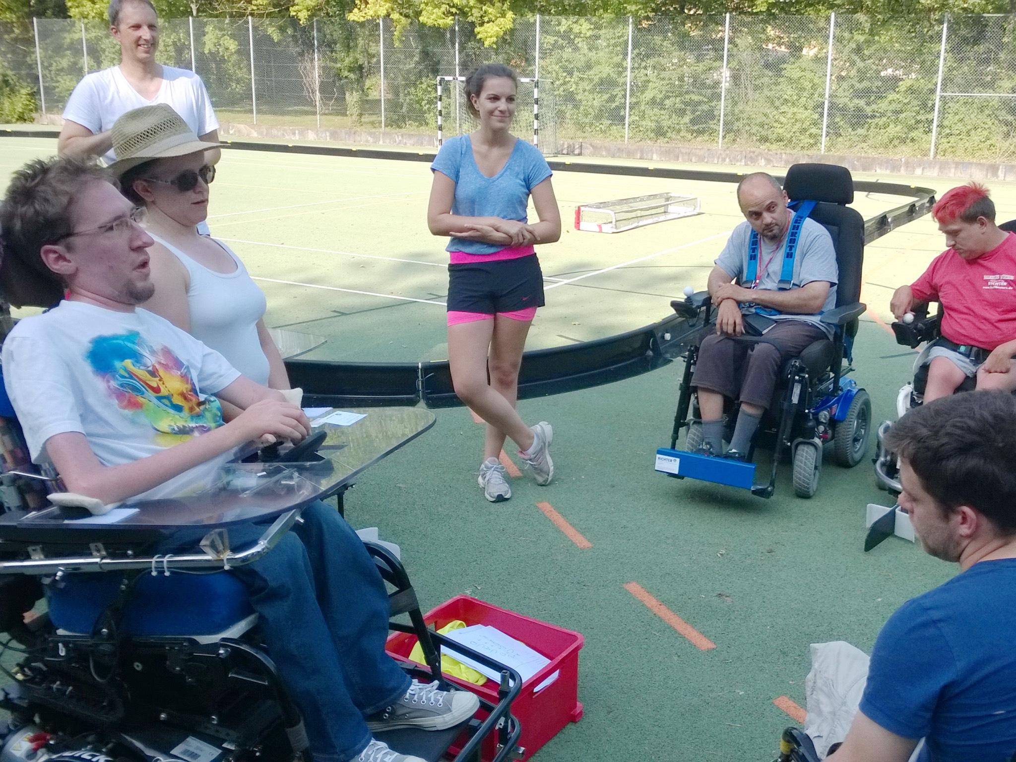 Bei den Balustern kann man E-Hockey im Rollstuhl spielen. Foto: Raimund Wendel.