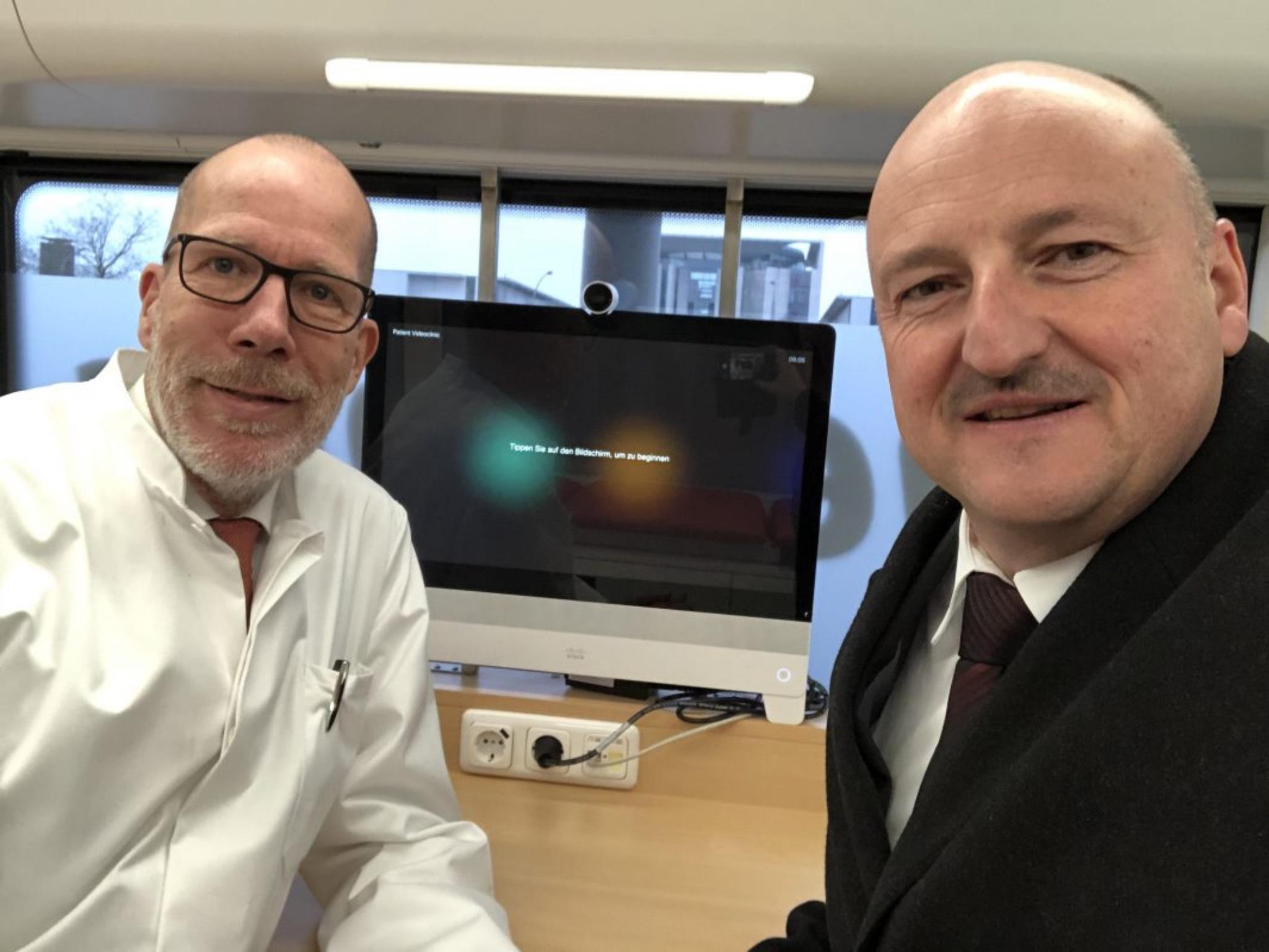 Im DB-Medibus: Bernd Rützel mit dem Leitenden Arzt Dr. Christian Gravert ; Foto: Brigitte Sorg