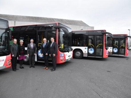 Große Aufkleber an den Türen weisen jetzt auf die saubere Euro 6-Abgasnorm in den umgerüsteten Bussen hin. Foto: Jürgen Dornberger.