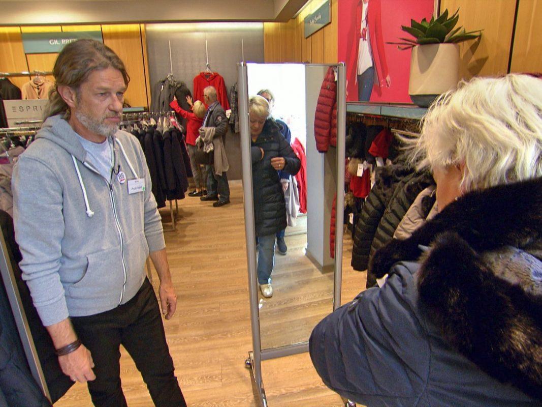 Thomas Weckerlein (l.) in der Rolle des Show-Kandidaten Patrick, w‰hrend der Kundenberatung in einem der Modehäuser der Rudolf Wöhrl SE. Foto: RTL