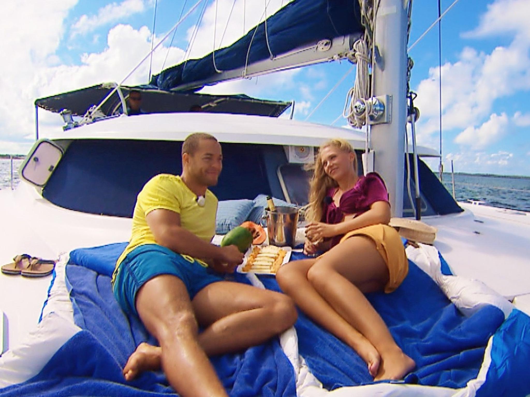 """Für das Dreamdate mit Vanessa geht es für Andrej auf eine kleine Insel vor der Nordk¸ste Kubas. Bei einer Bootsfahrt kommen sich die beiden schnell wieder näher. Alle Episoden von """"Der Bachelor"""" bei TVNOW: www.tvnow.de. Foto: MG RTL D"""