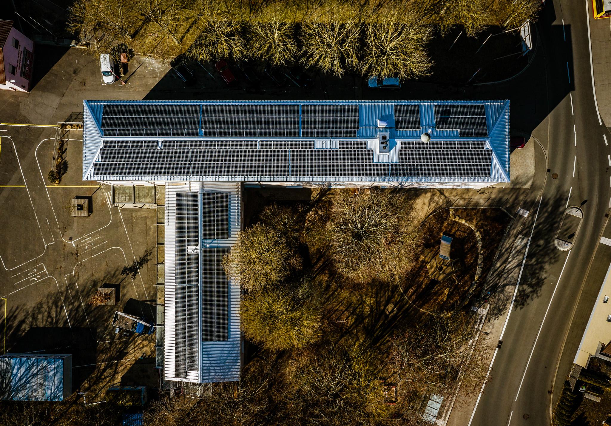Solarstrom via Grundschuldach. Foto: TOM BAUER – AD PHOTOGRAPHY