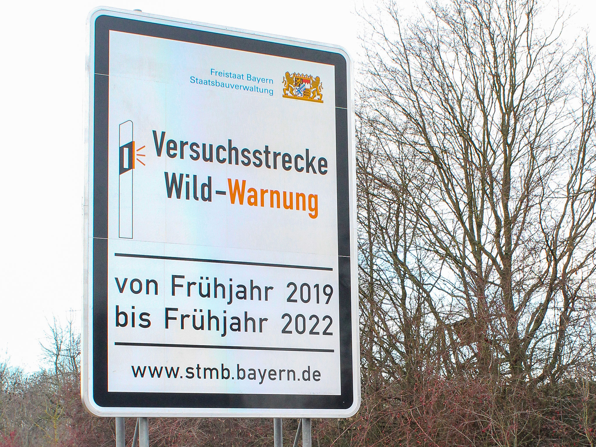Durch Hinweistafeln werden die Verkehrsteilnehmer zusätzlich auf das Projekt aufmerksam gemacht. Foto: Staatliches Bauamt Schweinfurt