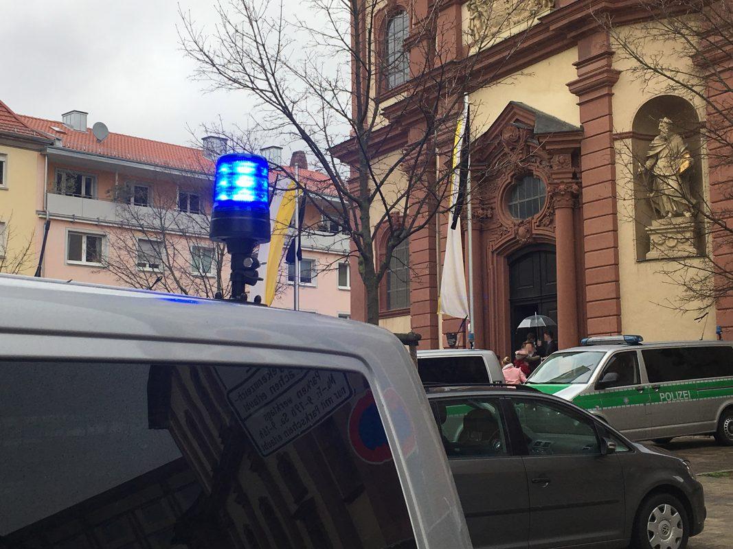 """Einsatzkräfte der Polizei standen einer Hochzeitsgesellschaft auf dem Weg in die Kirche """"Spalier"""". Foto: Polizei"""