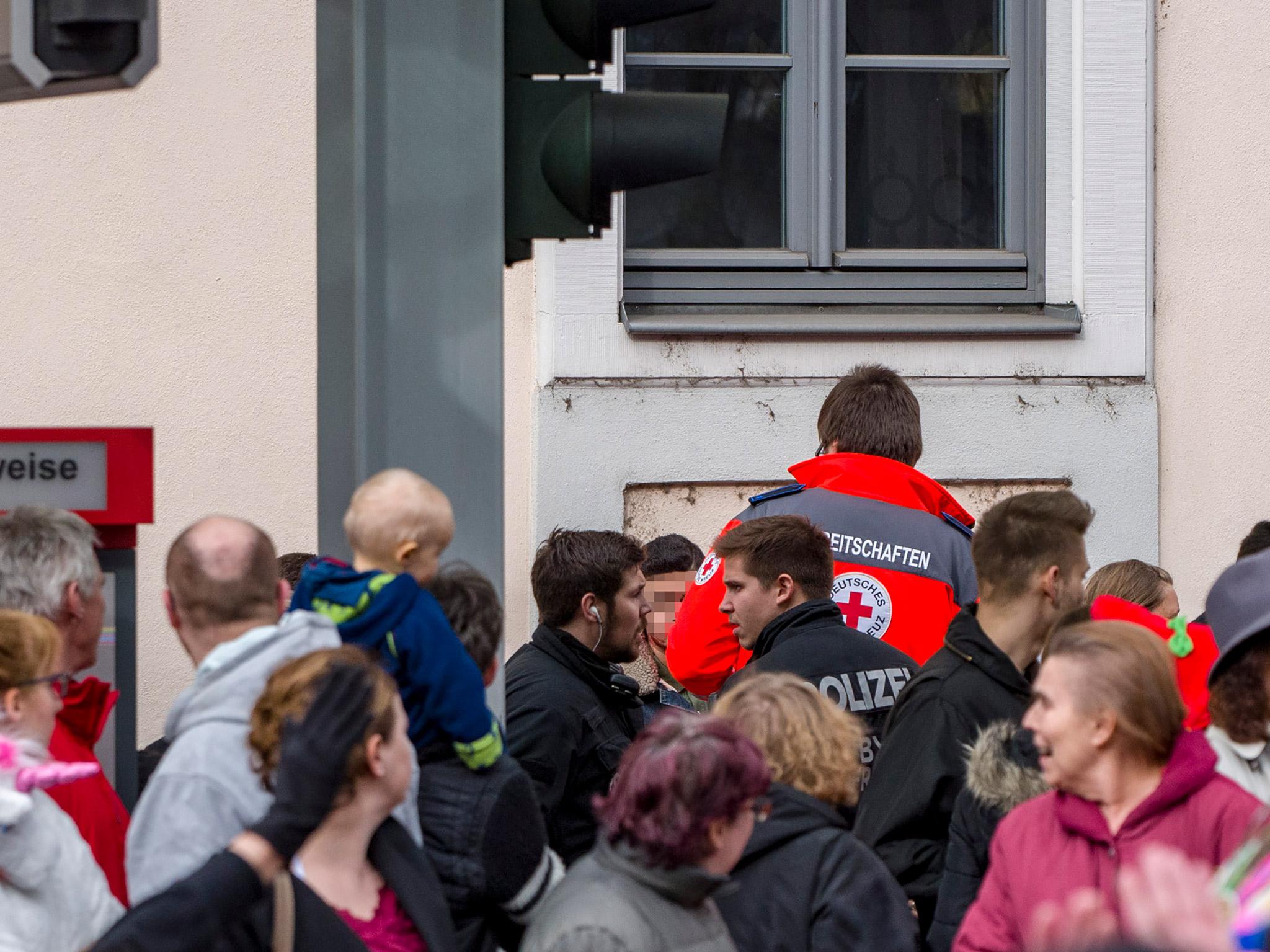 Ein Mann erlitt durch einen Schlag auf den Kopf eine Platzwunde, als er 3 Frauen vor mehreren Männern beschützen wollte. Foto: Pascal Höfig