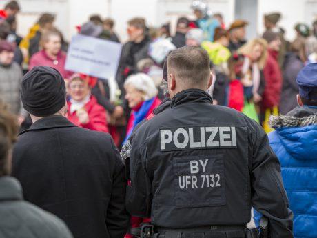 Polizeibeamte am Faschingszug. Symbolfoto: Pascal Höfig