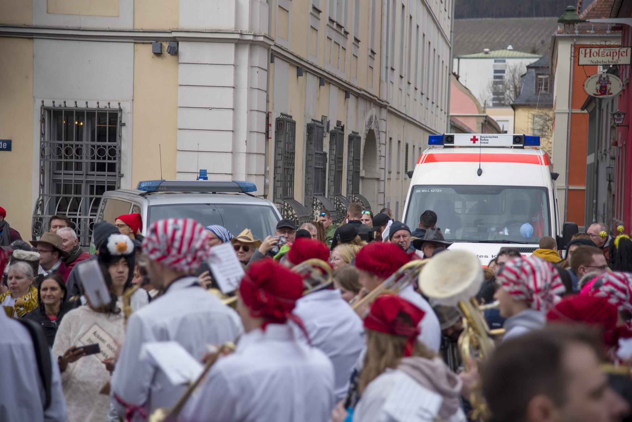 Einsatzkräfte am Faschingszug in Würzburg. Foto: Pascal Höfig