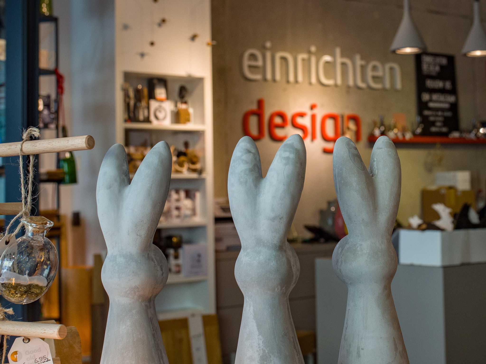 Osterhasen in Steinoptik bei Einrichten Design. Foto: Pascal Höfig