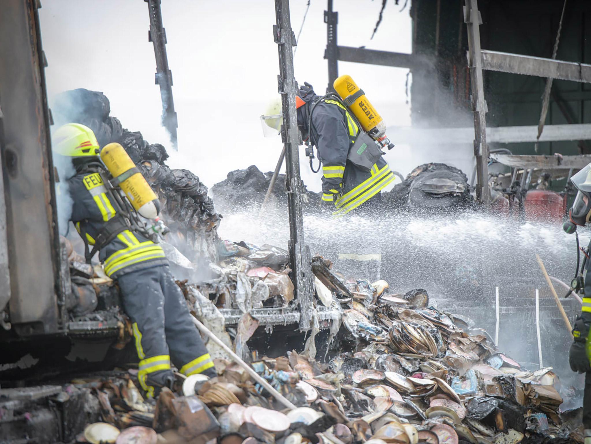 Zahlreiche Kräfte der örtlichen Feuerwehren sorgten deshalb neben den Löscharbeiten auch für die Kühlung der Ladung. Foto: Feuerwehr Marktheidenfeld