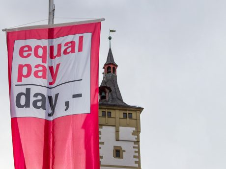 Rote Fahnen am Equal Pay Day in Würzburg. Foto: Pascal Höfig