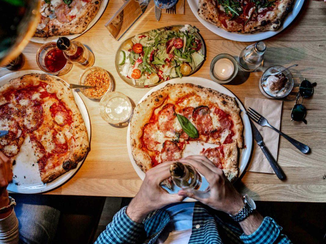 Pizza mit Freunden genießen bei MariaMaria. Foto: MariaMaria