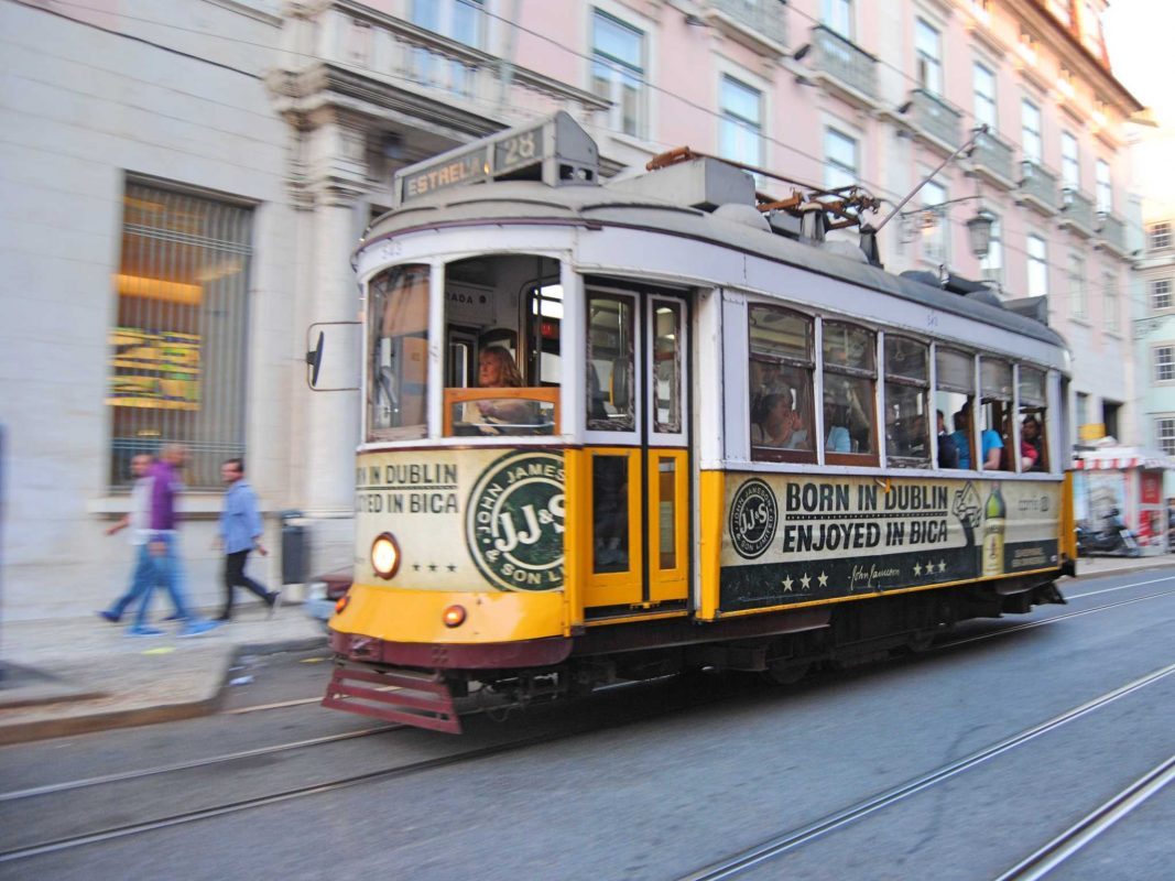 Die berühmten Straßenbahnen in Lissabon. Foto: Nina Härtle