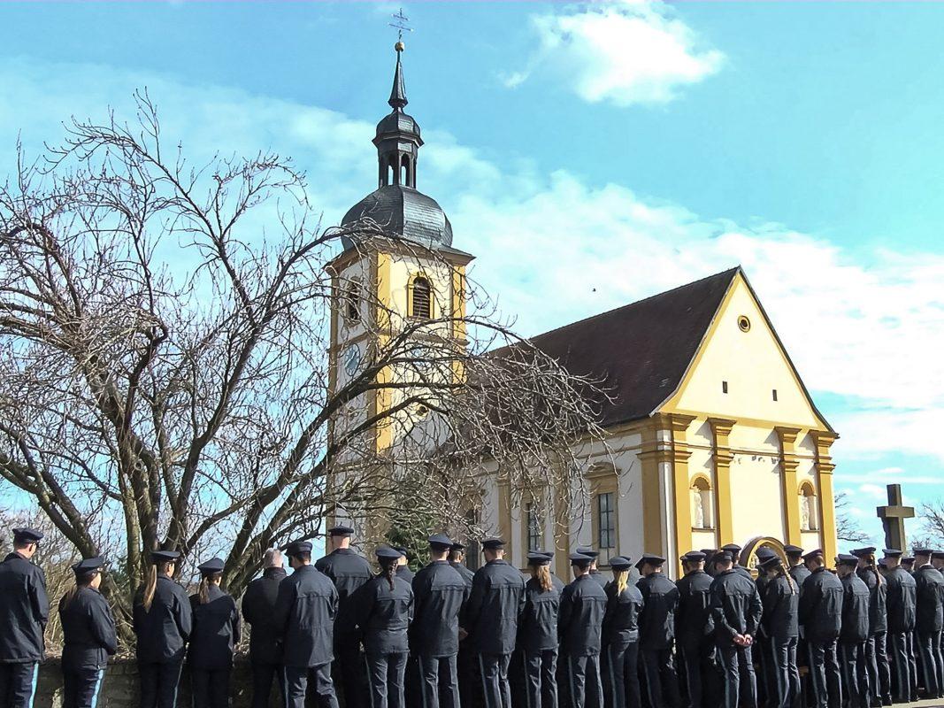 Etwa 700 Menschen nahmen heute in Garstadt (Lkr. Schweinfurt) an der Trauerfeier und Bestattung des Polizeischülers teil. Foto: Pascal Höfig