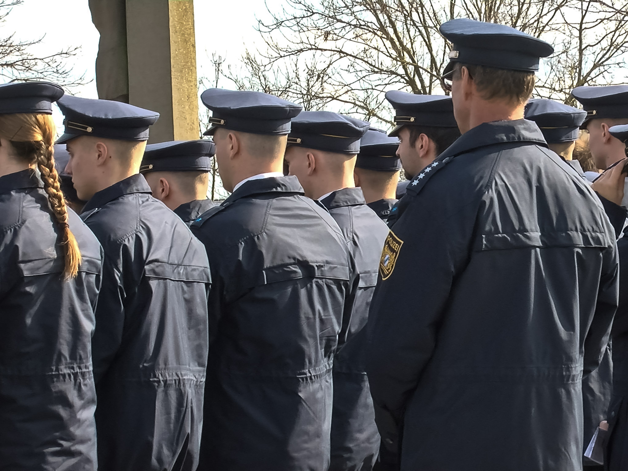Etwa 700 Menschen nahmen heute in Garstadt (Lkr. Schweinfurt) an der Trauerfeier und Bestattung des Polizeischüler. Foto: Pascal Höfig