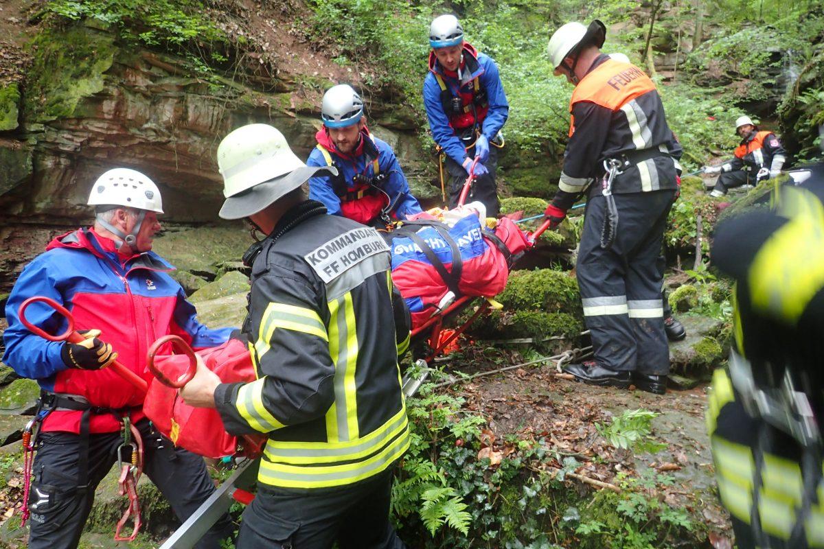 Die Markt Triefensteiner Feuerwehren Homburg und Trennfeld sowie die Bergwacht Frammersbach mit spezieller Einsatzausrüstung retteten die betroffenen Personen. Foto: BRK