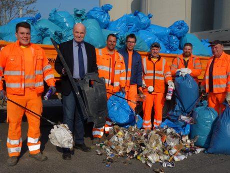 Einen Bruchteil des Mülls, der gesammelt wurde, präsentierten die Bauhof-Mitarbeiter Landrat Eberhard Nuß. Foto: Dagmar Hofmann.
