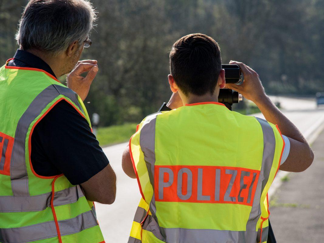 Polizeibeamte bei einer Geschwindigkeitskontrolle. Foto: Pascal Höfig