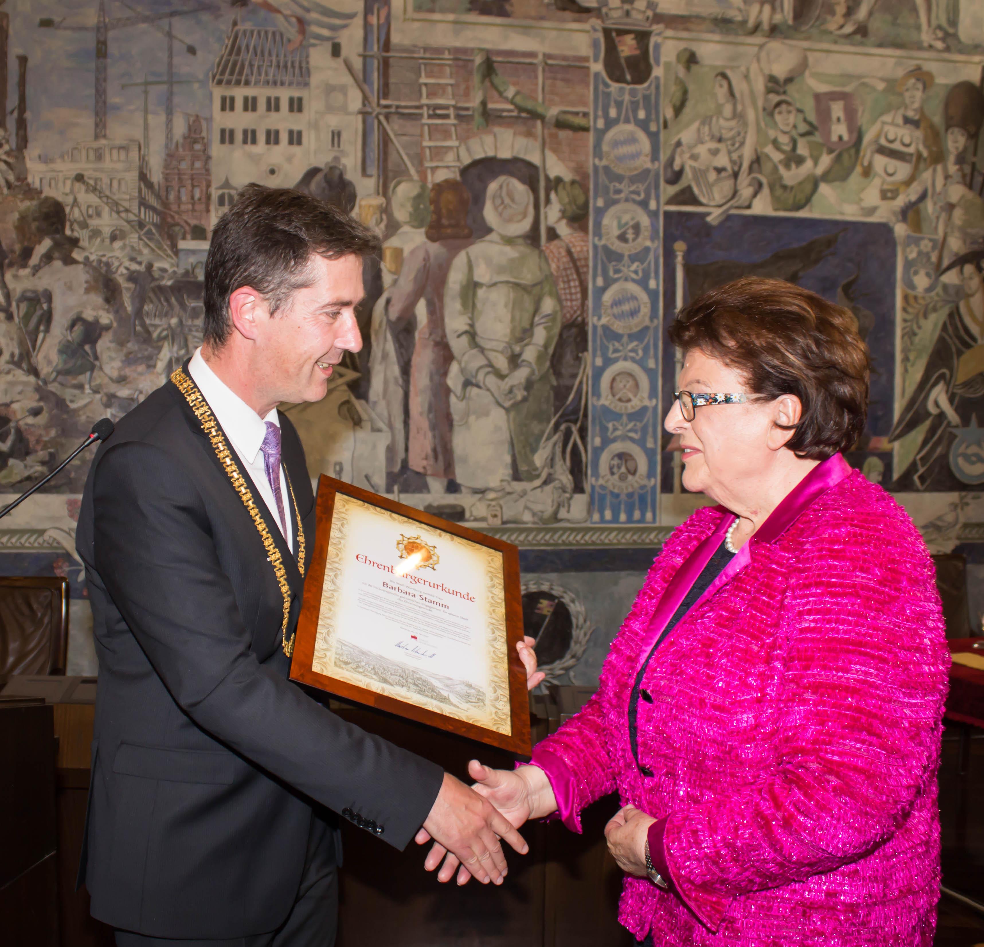 Oberbürgermeister Christian Schuchardt verleiht Barbara Stamm die Ehrenbürgerwürde. Foto: Claudia Lother