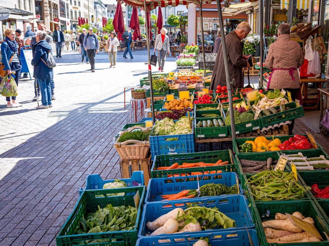 Marktstand auf dem Würzburger Wochenmarkt. Foto: Pascal Höfig