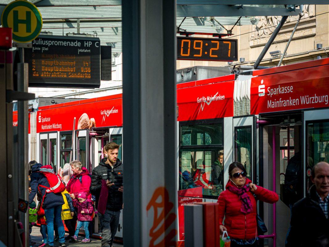 Straßenbahnhaltestelle in Würzburg. Foto: Pascal Höfig