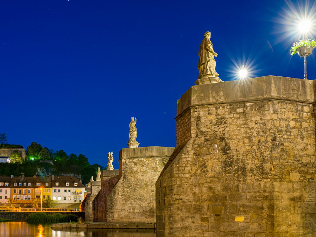 Die Alte Mainbrücke bei Nacht. Symbolfoto: Pascal Höfig