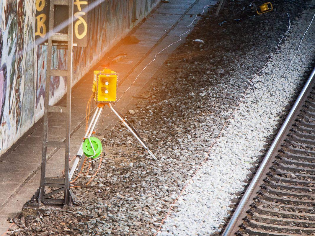 Direkt über jedem Signalhorn blinkt das orangefarbene Licht einer Lampe auf