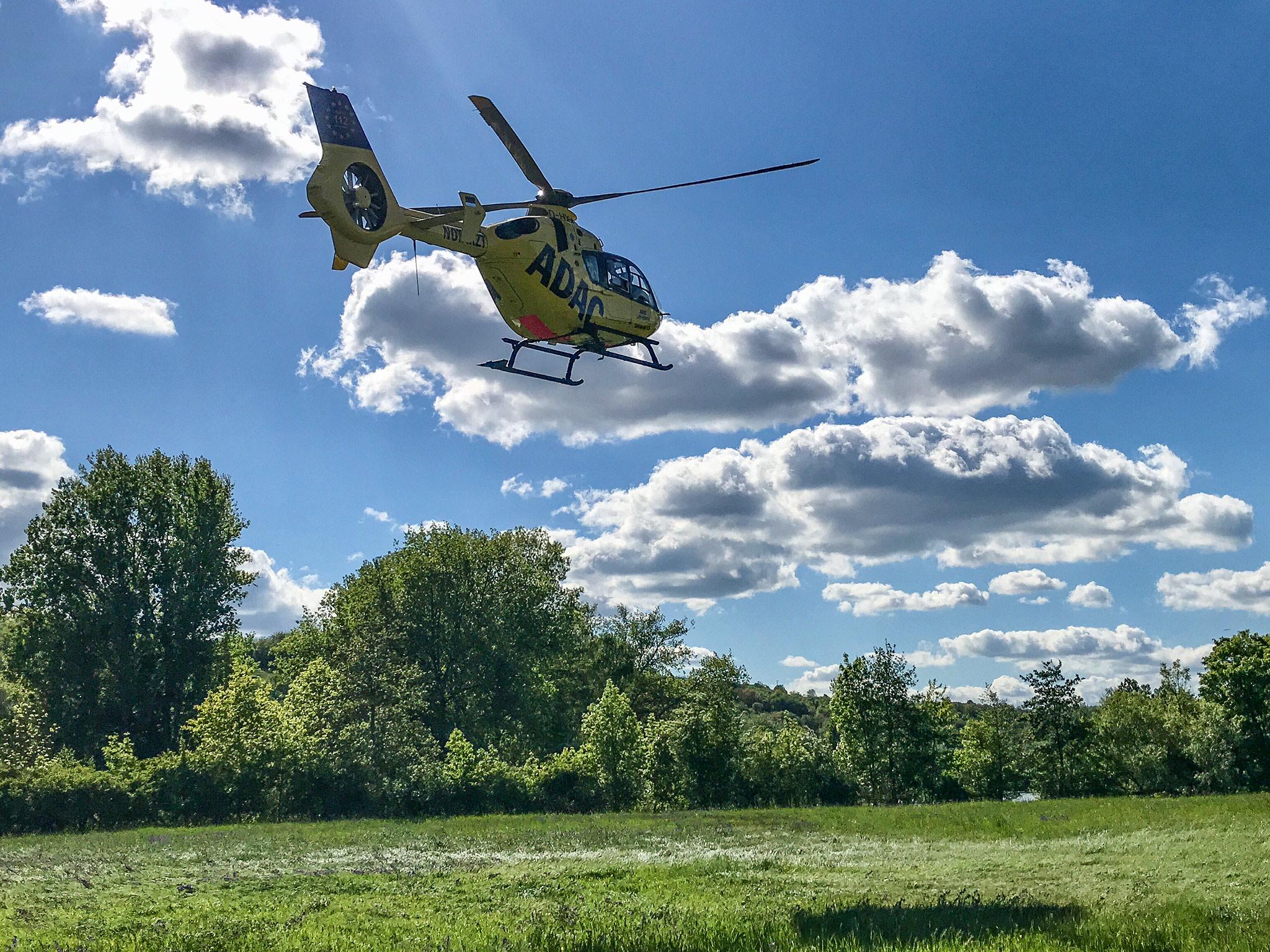 Der Rettungshubschrauber Christoph 18 flog die Patientin in ein Krankenhaus. Foto: Moritz Hornung/FF Volkach
