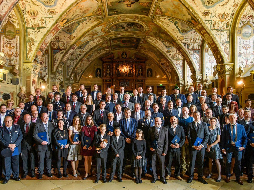 Ministerpräsident Dr. Markus Söder, MdL (Mitte) mit allen ausgezeichneten Retterinnen und Retter. Foto: Bayerische Staatskanzlei