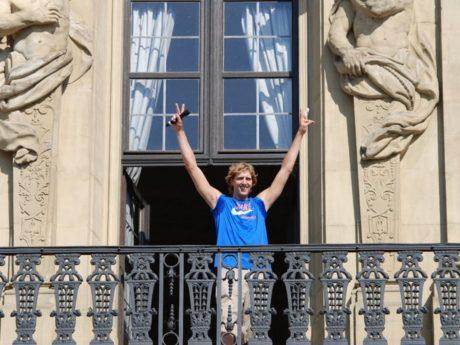 Dirk Nowitzki 2011 auf dem Balkon der Residenz. Foto: Stefan Schwaneck