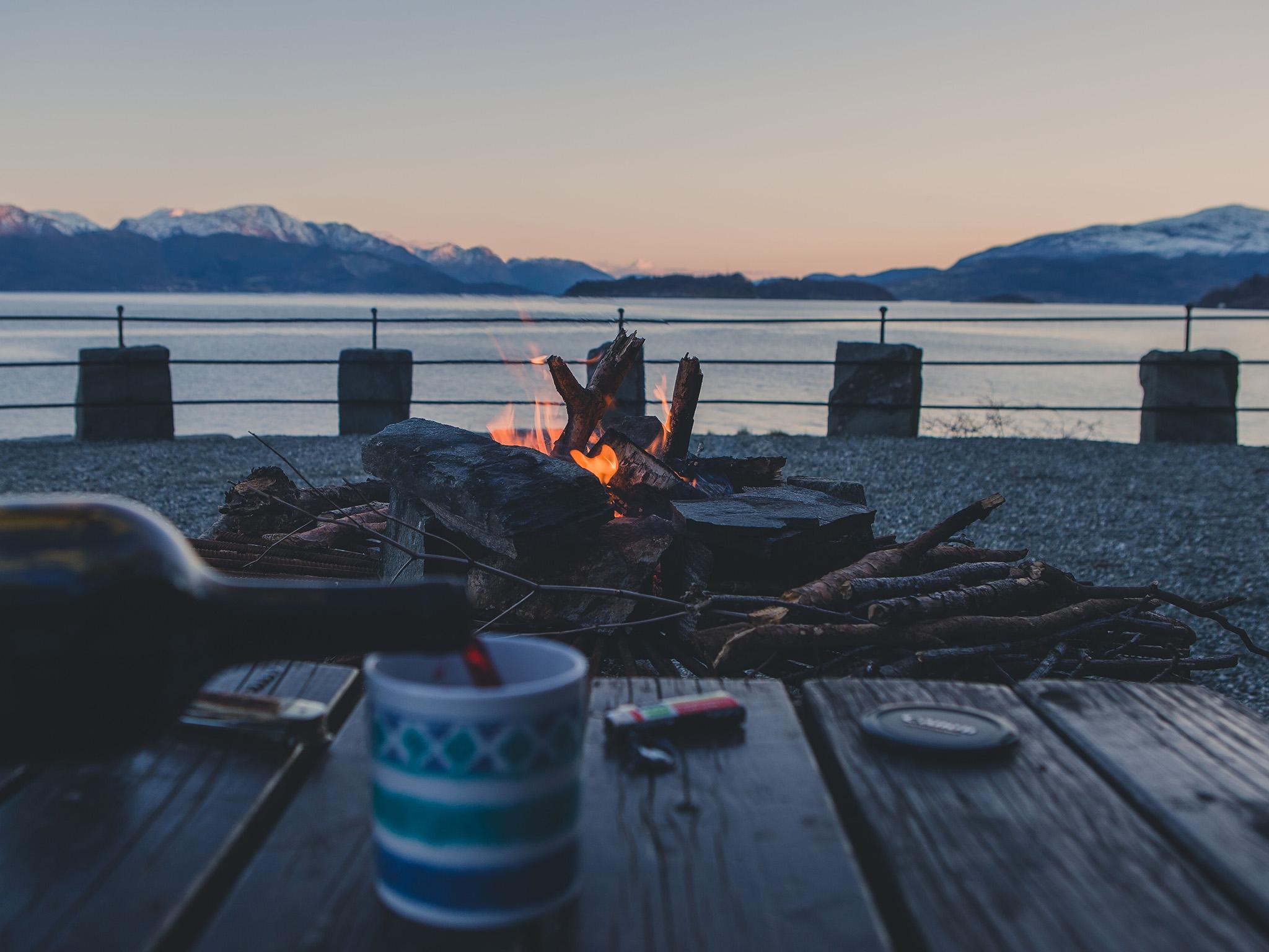 Lagerfeuer in Norwegen. Foto: Hupp Photography.