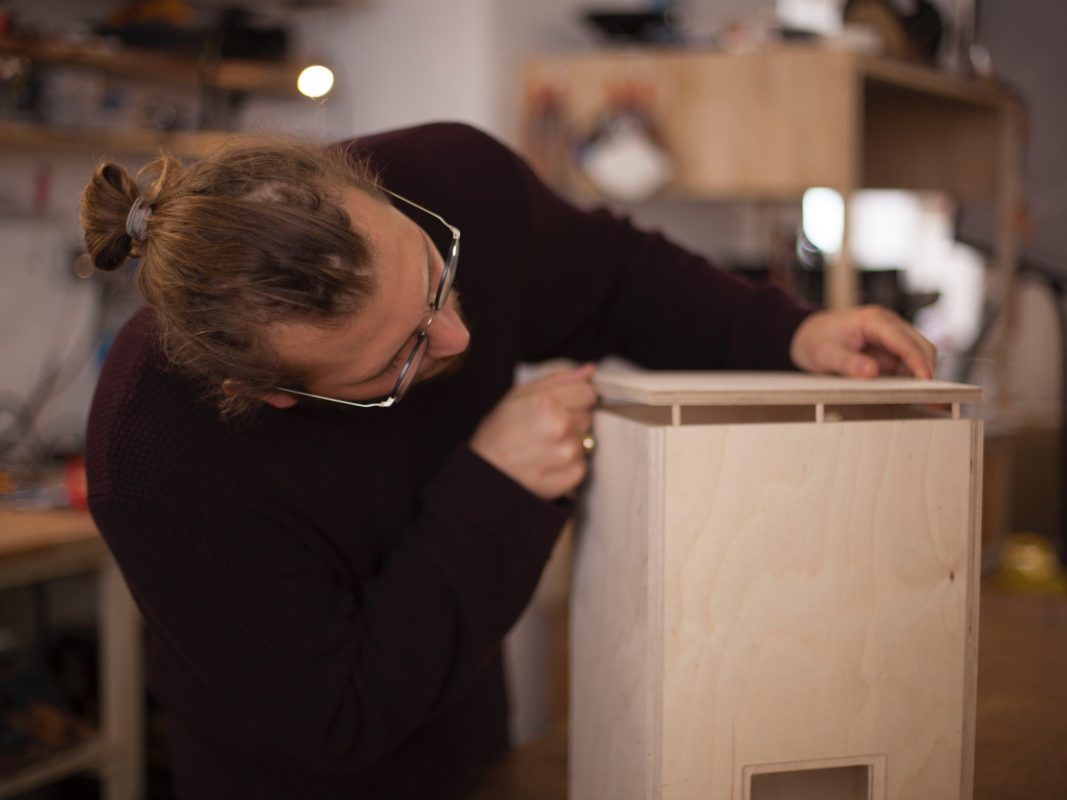Moritz Rogalla beim Tüfteln an seiner einzigartigen MusikBOCKS. Foto: Moritz Rogalla