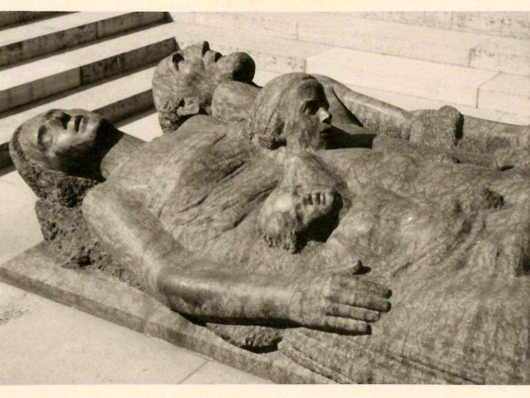 Das Mahnmal zum 16. März 1945 am Würzburger Hauptfriedhof von Fried Heuler. Archiv: Willi Dürrnagel
