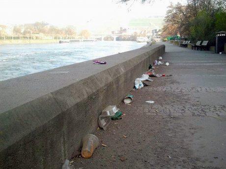 Müll an der Mainpromenade. Foto: Würzburg erleben