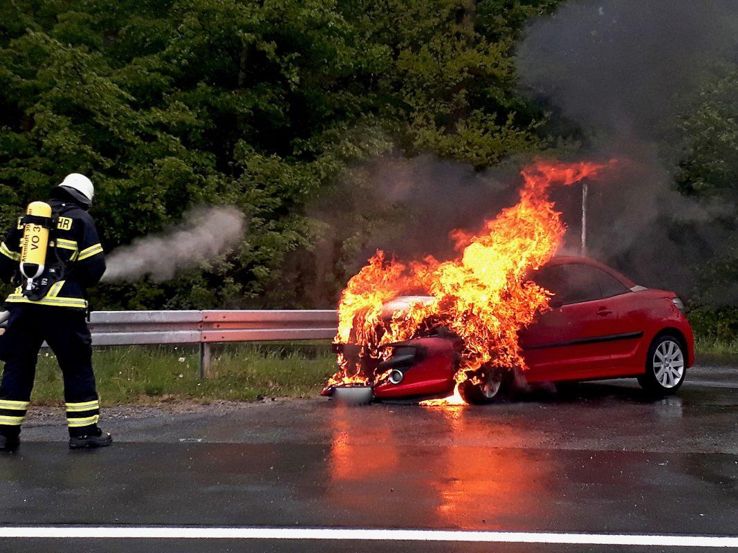 Als die Einsatzkräfte wenige Minuten später an der Einsatzstelle eintrafen, stand der Motorraum bereits im Vollbrand. Foto: Feuerwehr Volkach