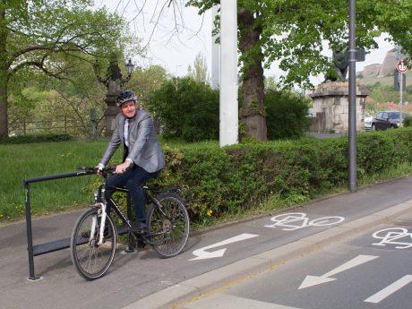Baureferent Benjamin Schneider testet den Prototyp unweit der Löwenbrücke. Foto: Georg Wagenbrenner