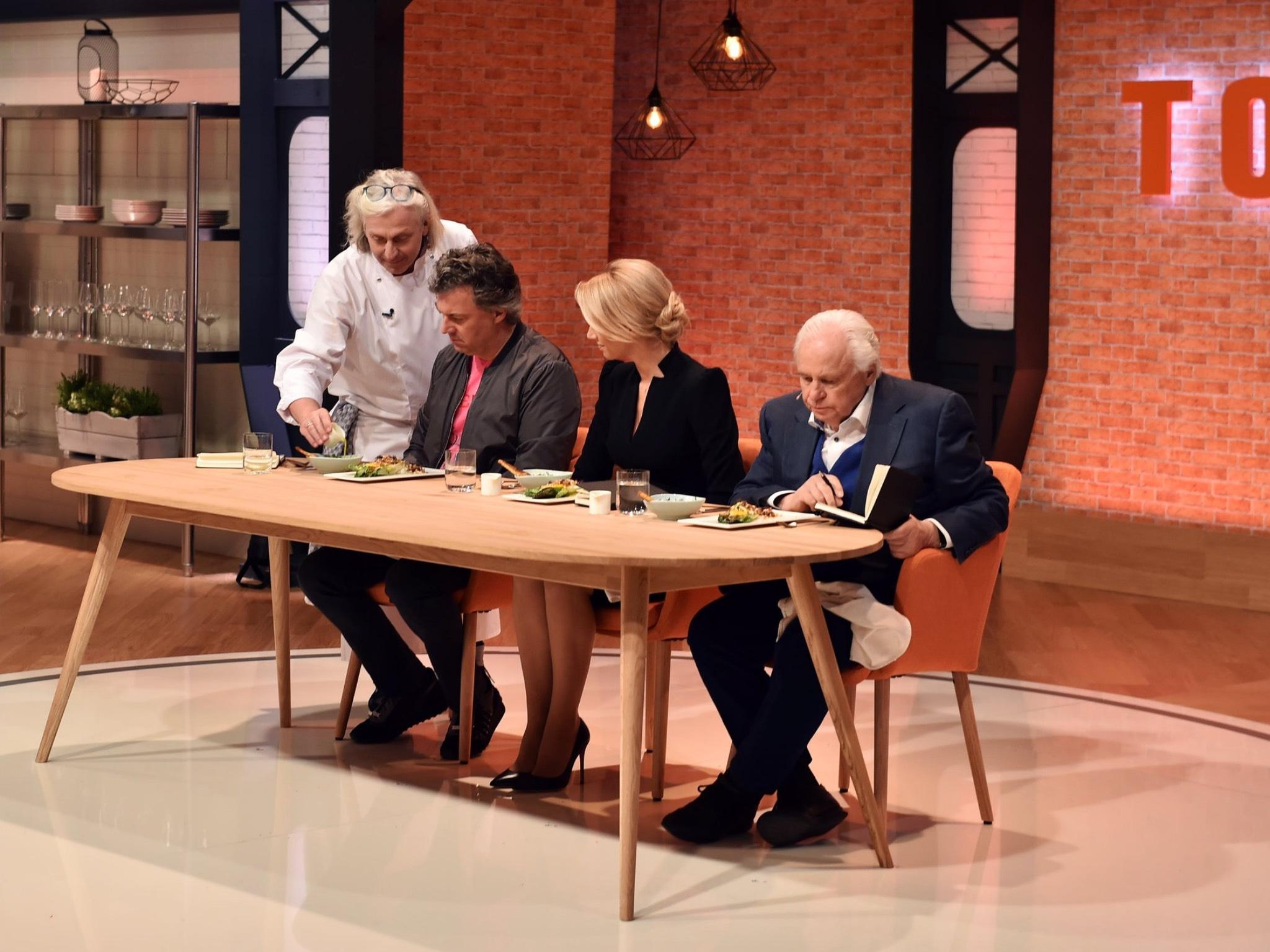 Bernhard Reiser muss die Jury Peter Maria Schnurr, Alexandra Kilian und Eckart Witzigmann (v.l.) überzeugen. Foto: SAT.1/André Kowalski