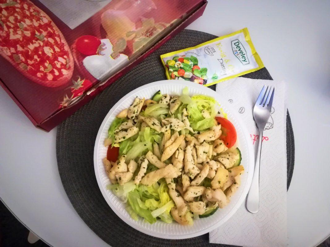 Leckeren Salat kann man sich auch liefern lassen! Foto: Jessica Hänse
