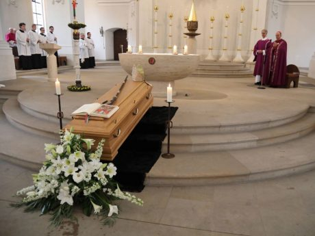 Der Sarg von Bischof em. Dr. Paul-Werner Scheele in St. Michael. Foto: Markus Hauck, POW