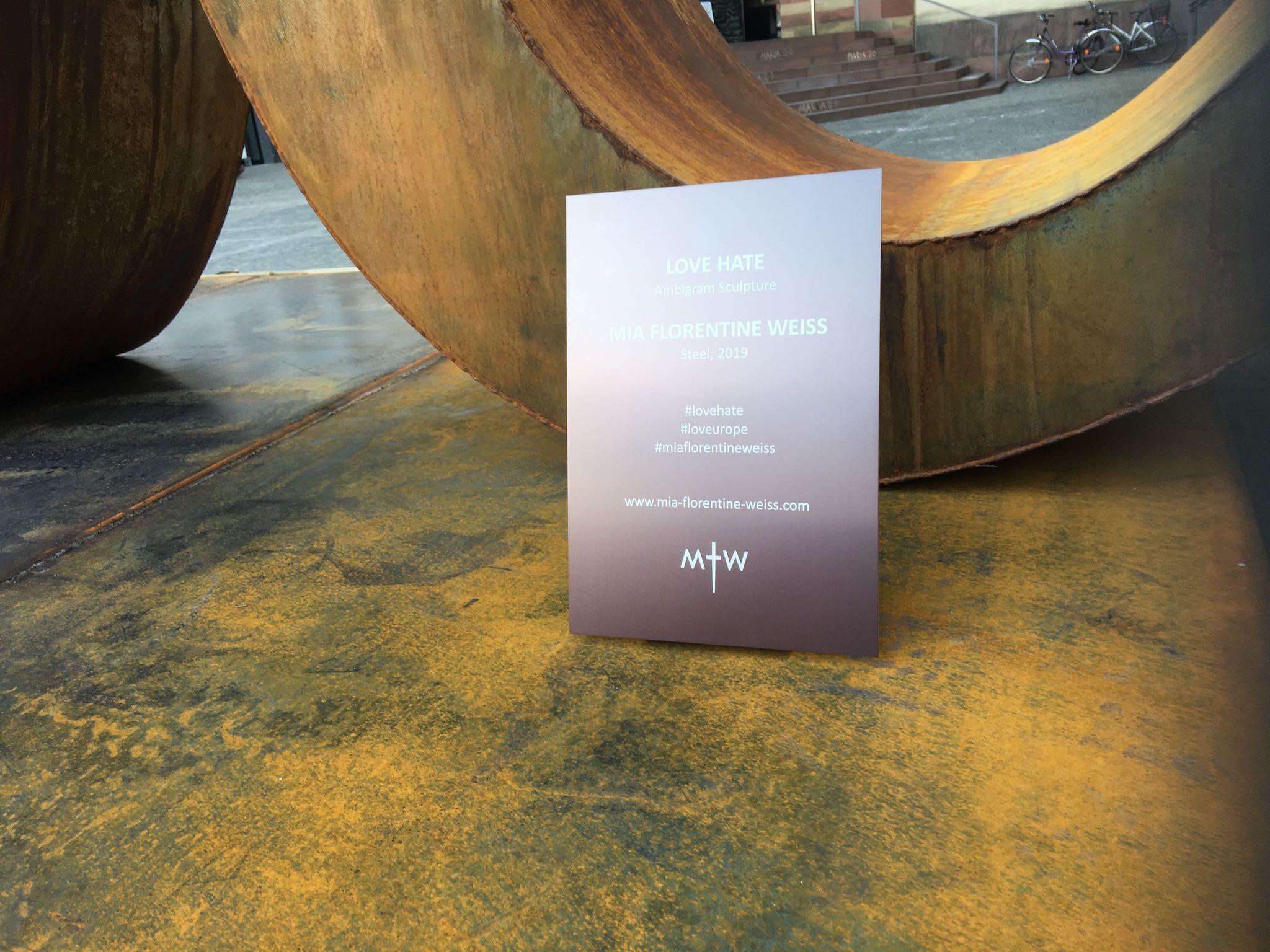 Die LOVE HATE Skulptur von Mia Florentine Weiss. Foto: Pascal Höfig