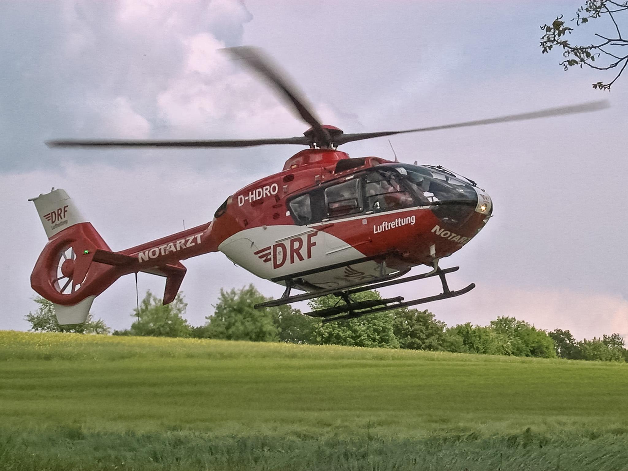 Die beiden Insassen des Mercedes Vito wurden schwer verletzt von zwei Rettungshubschraubern in umliegende Krankenhäuser geflogen werden. Foto: Pascal Höfig