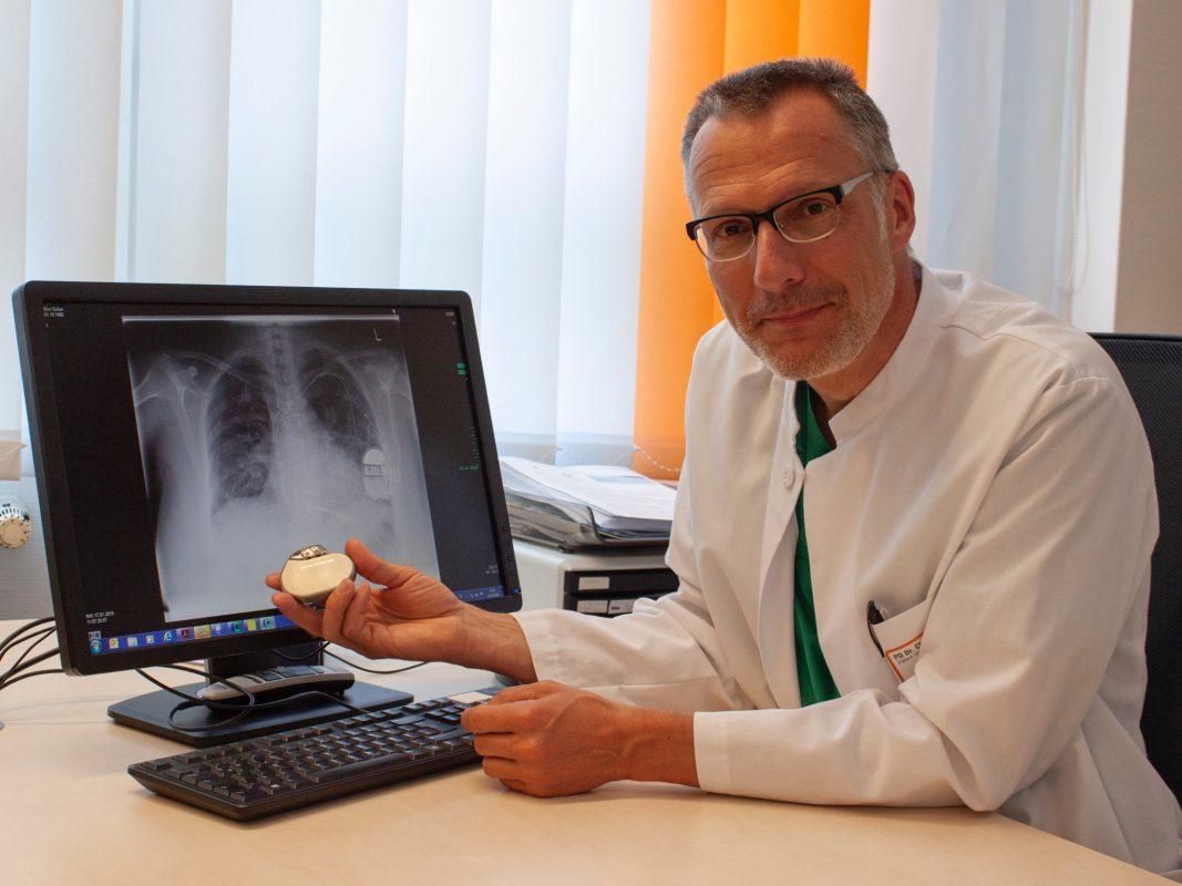 PD Dr. Christian Wacker zeigt einen implantierbaren Defibrillator und dessen Lage anhand einer Röntgenaufnahme. Foto: ANregiomed / Corinna Kern