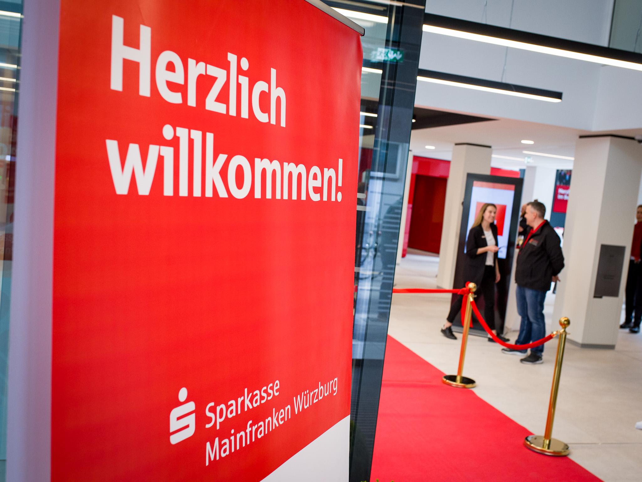 Herzlich Willkommen! Die Sparkasse Mainfranken Würzburg begrüßt ihre Kunden in der neuen Filiale in der Hofstraße. Foto: Pascal Höfig