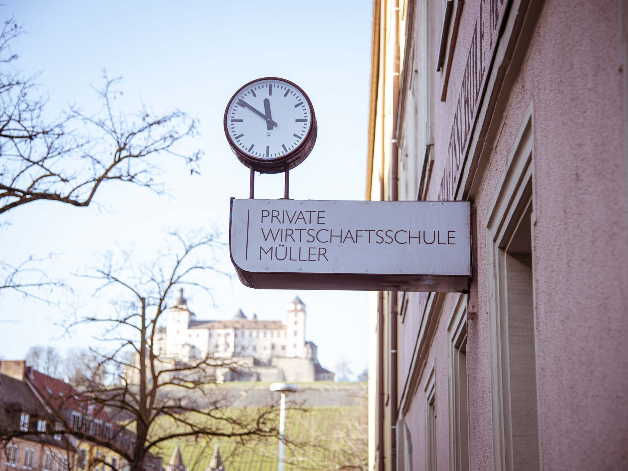 Die Private Wirtschaftsschule Müller liegt ganz zentral in Würzburg – nur wenige Gehminuten von der Innenstadt entfernt. Foto: Private Wirtschaftsschule Müller