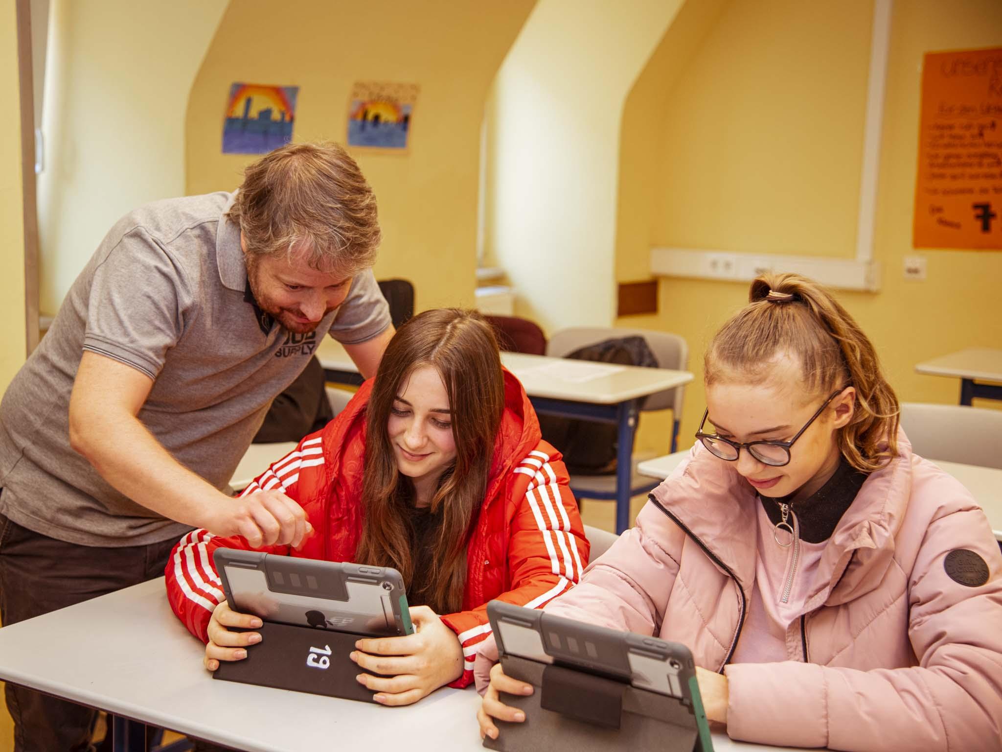 Durch den praxisnahe Lehrplan in der Wirtschaftsschule werden die Schüler schon früh auf den späteren betrieblichen Alltag vorbereitet. Foto: Dominik Ziegler