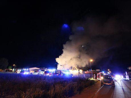 Der Brand entwickelte ebenso durch die Löschmaßnahmen eine starke Rauchentwicklung. Foto: Rene Engmann