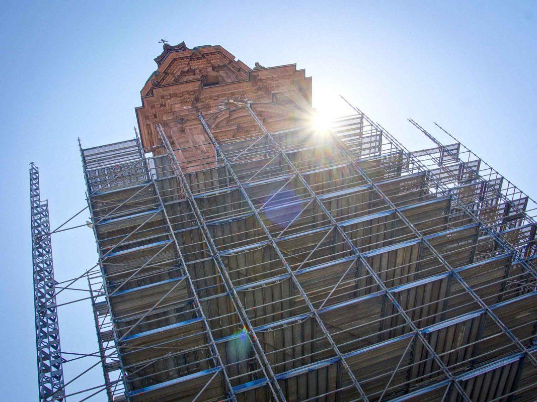Ein Gerüst versperrt die Sicht auf Würzburgs höchsten Kirchturm. Foto: Dominik Ziegler