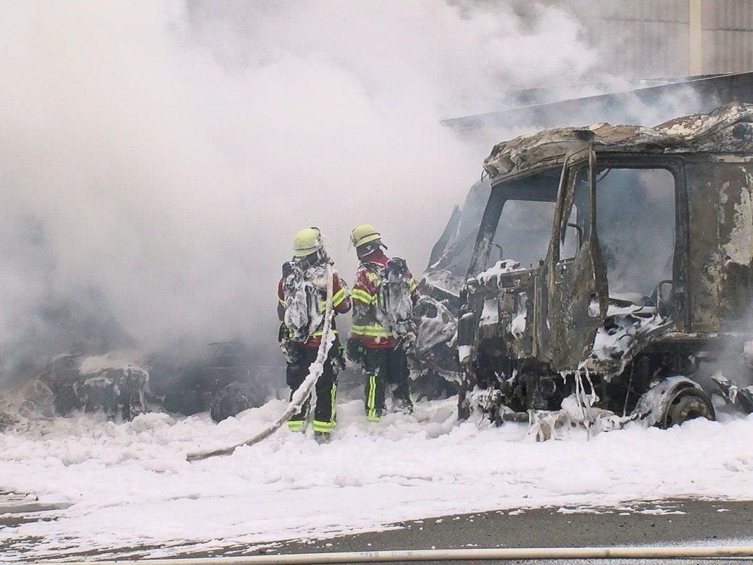 Aufgrund der brennenden Lkw waren mehrere Löschmannschaften vor Ort. Foto: Pascal Höfig