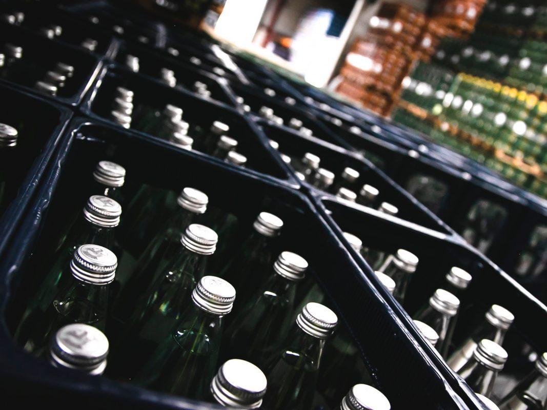 Lieber mit Glasflaschen für die Umwelt klappern – meint die Gewerkschaft NGG. Foto: NGG